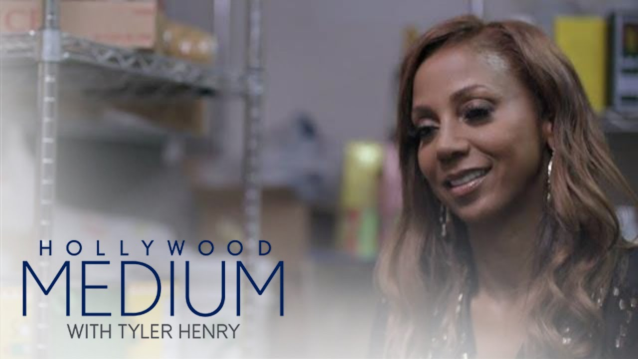 Holly Robinson Peete's Reading Goes Down in Unusual Location | Hollywood Medium | E! 2