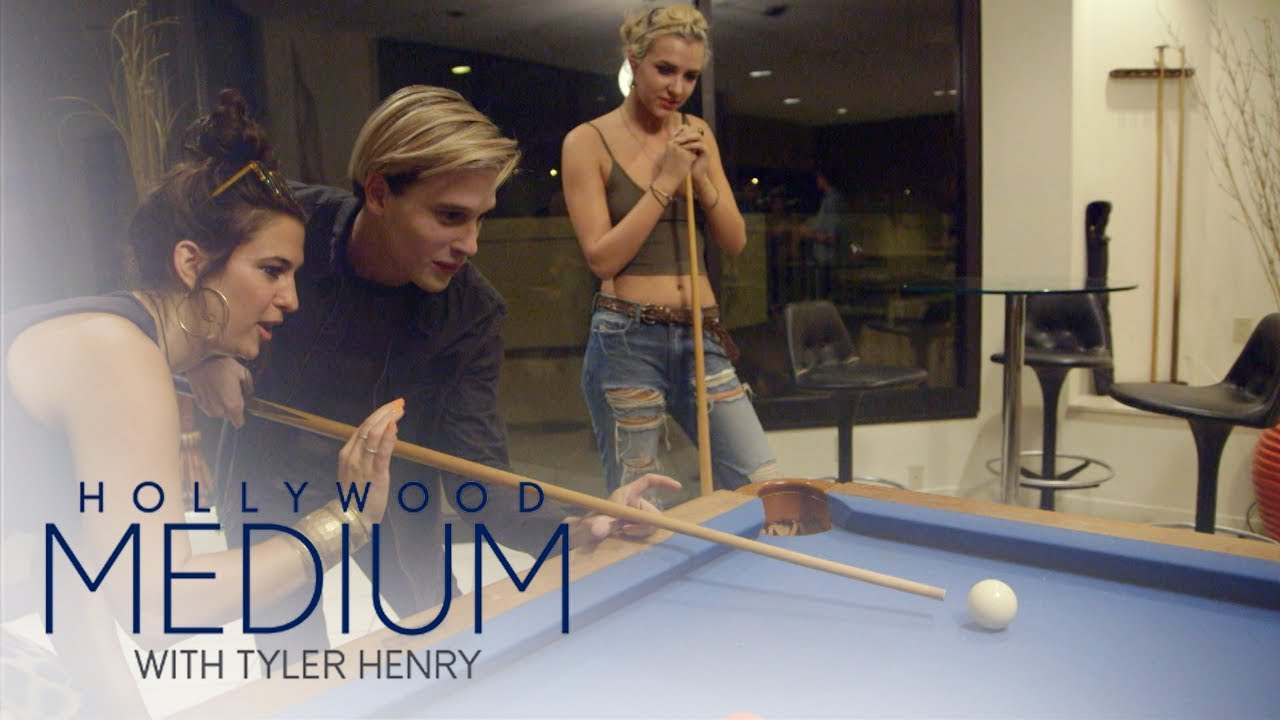 Tyler Henry Has a Blast at Game Night With Friends | Hollywood Medium with Tyler Henry | E! 5